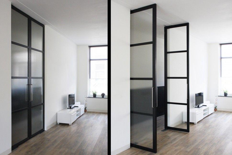 Stalen binnendeuren. Kamerhoge stalen binnendeuren. Stalen lambrisering. Verzonken vloerveren met softclose. draadglas. 4 vlaks verdeling met draadglas.