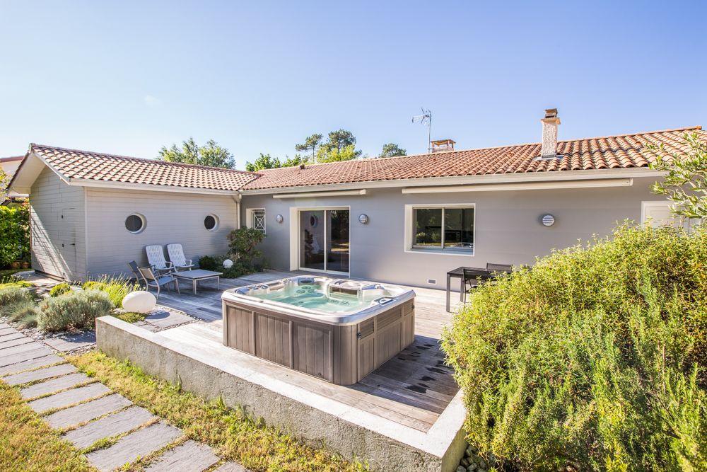 sublime terrasse en bois avec jacuzzi et salon de jardin