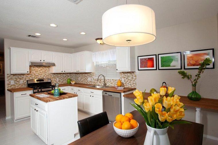 Cocina peque a moderna con isla de madera blanca for Cocina americana pequena moderna