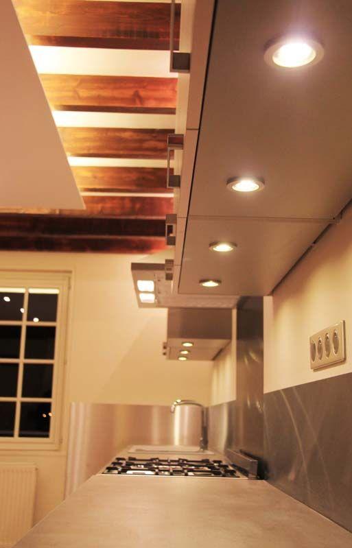 cuisine rustique et moderne laissant les poutres apparentes mises en valeur par l 39 clairage. Black Bedroom Furniture Sets. Home Design Ideas