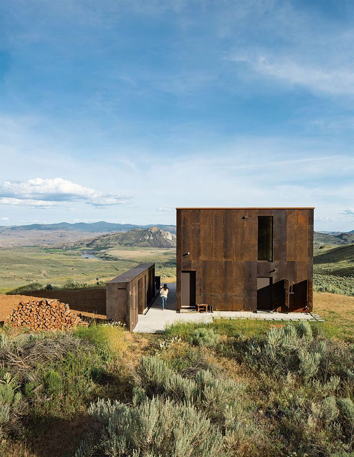 Set Within The Semi Arid Foothills In North Eastern Washington The Sky House Is A Prefabricated Off Gri Architecture Architecture Design Architecture Exterior