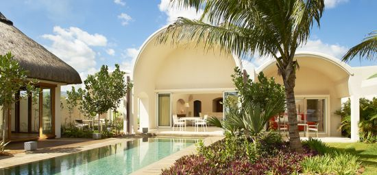 Sofitel So Mauritius, un hotel que personifica una nueva visión del lujo radicalmente contemporáneo y la arquitectura en conjunto una exuberante natural de 34-acres de parque ajardinado.