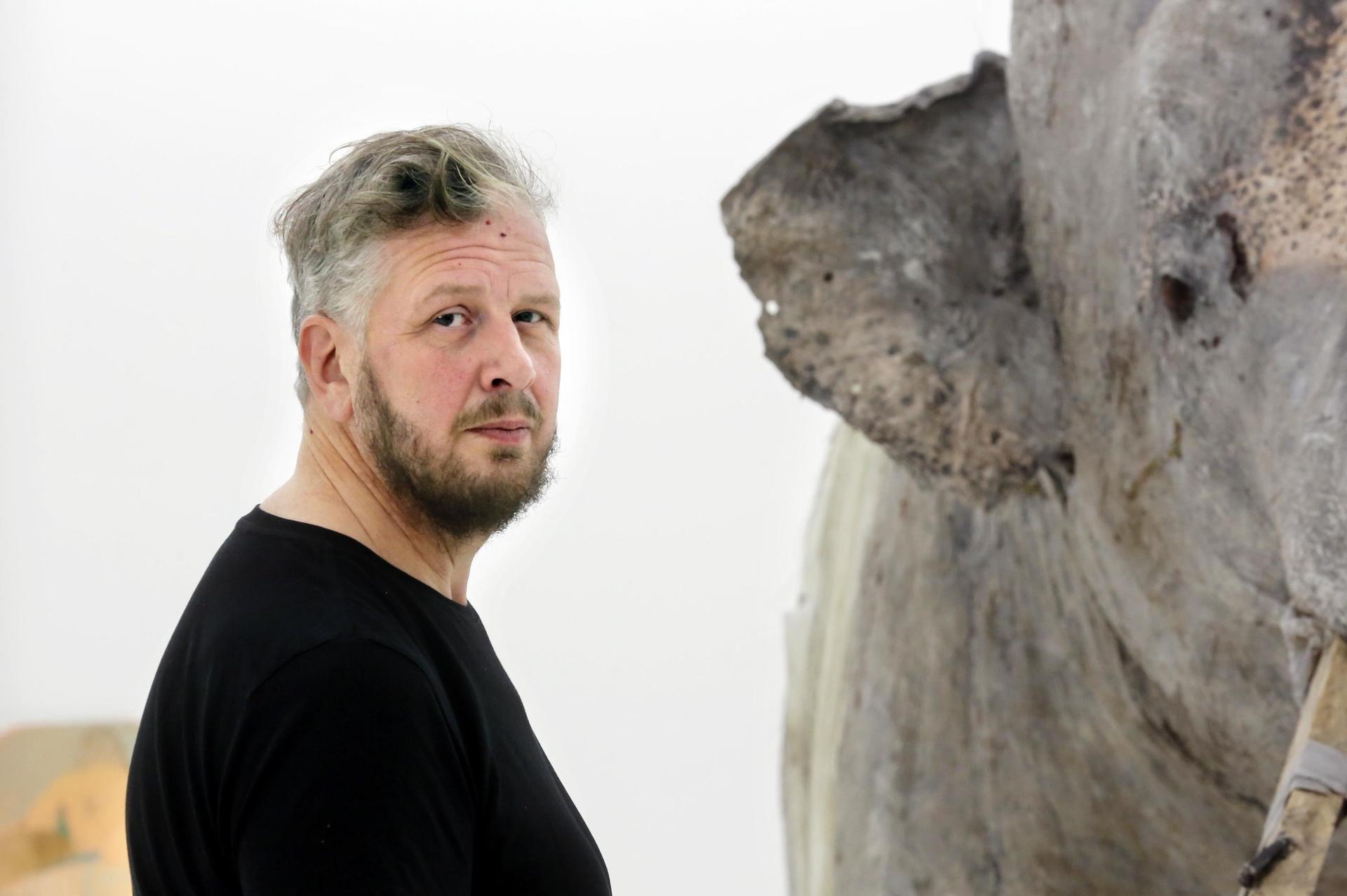 """Roland Perssonin silikonista valmistettu norsuveistos Hope and Glory on vaikuttava kokemus. Sen mallina on toiminut vanha sirkusnorsu, joka täytettiin 1970-luvulla. """"Nykyihmisen luontosuhde on yksi aihe, jota Persson on käsitellyt teoksissaan paljon.  Pohjoismaissa ihmiset ovat pitkään eläneet rinnakkain luonnon kanssa ja suhtautuneet siihen pragmaattisesti. Kaupungistuminen on tehnyt luontosuhteestamme etäisen ja sentimentaalisen."""""""
