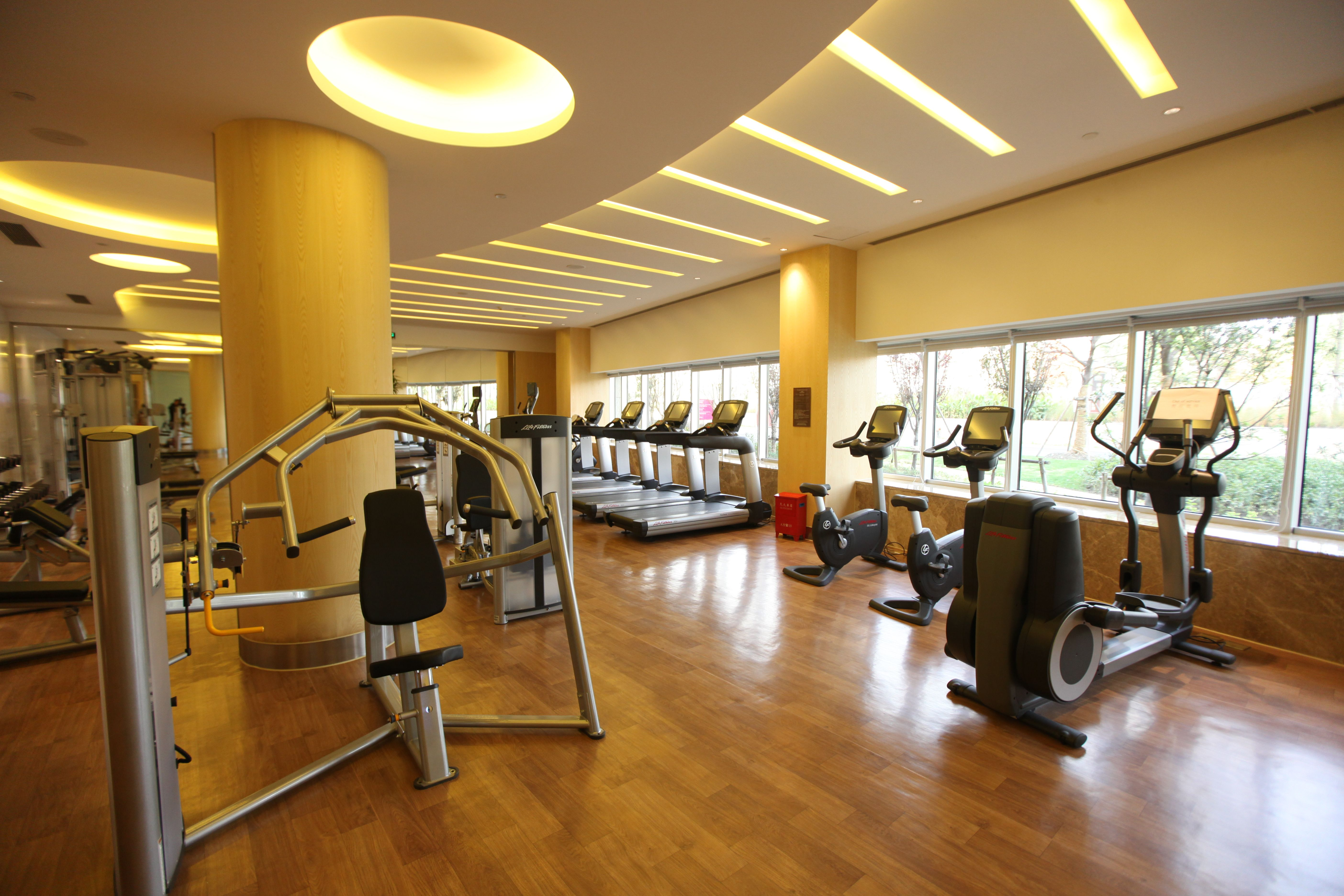 Circular Ceiling Lights With Natural Light From Glass Window At The Swing Fitness Centre In The Crowne Plaza Shanghai Anting Hotel Gym Interior Circular Ceiling Light Gym Workouts