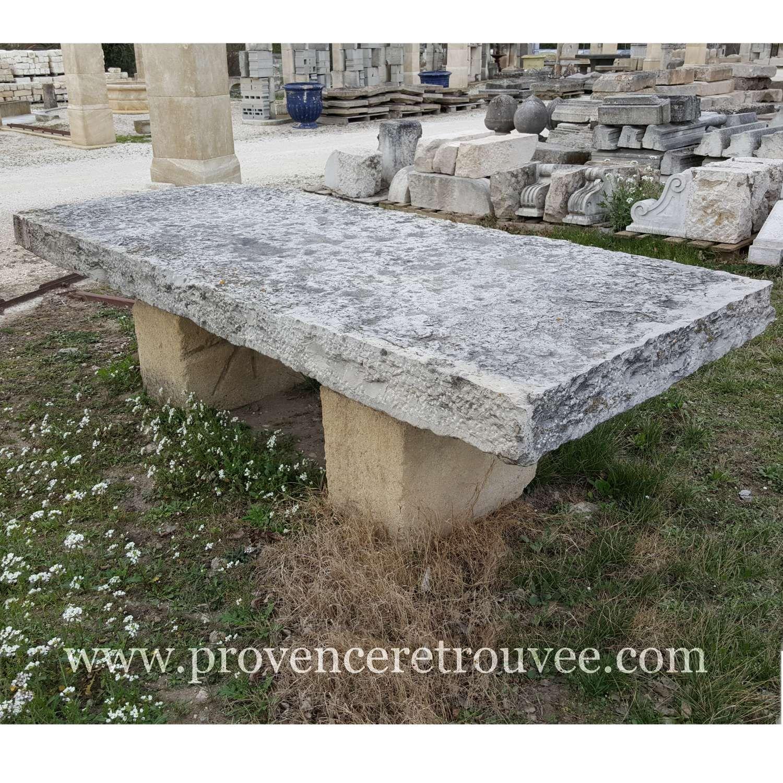 Voici une très grande table ancienne en pierre pour votre ...