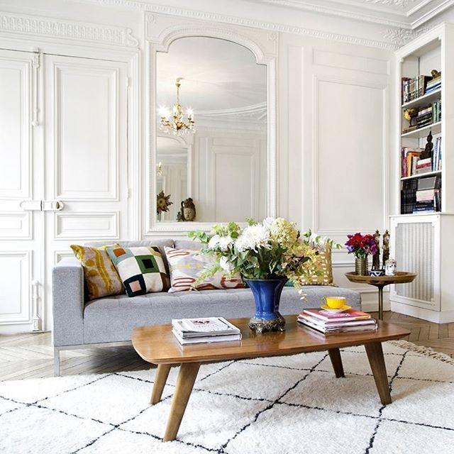 Helle Farben, Spiegel, klassische Polstermöbel und wunderschöne ...
