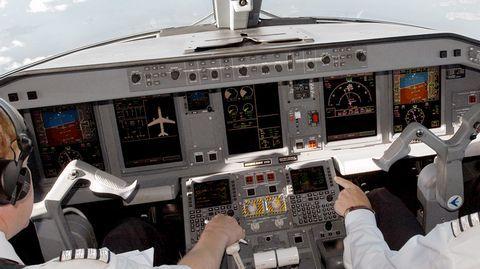 Mannertenvälisen lennon ohjaamossa venytellään ja syödään kevyesti. Pitkillä lennoilla työskentelevän lentäjän yksi tärkeimmistä ominaisuuksista on pystyä nukahtamaan kun lepoaika alkaa.