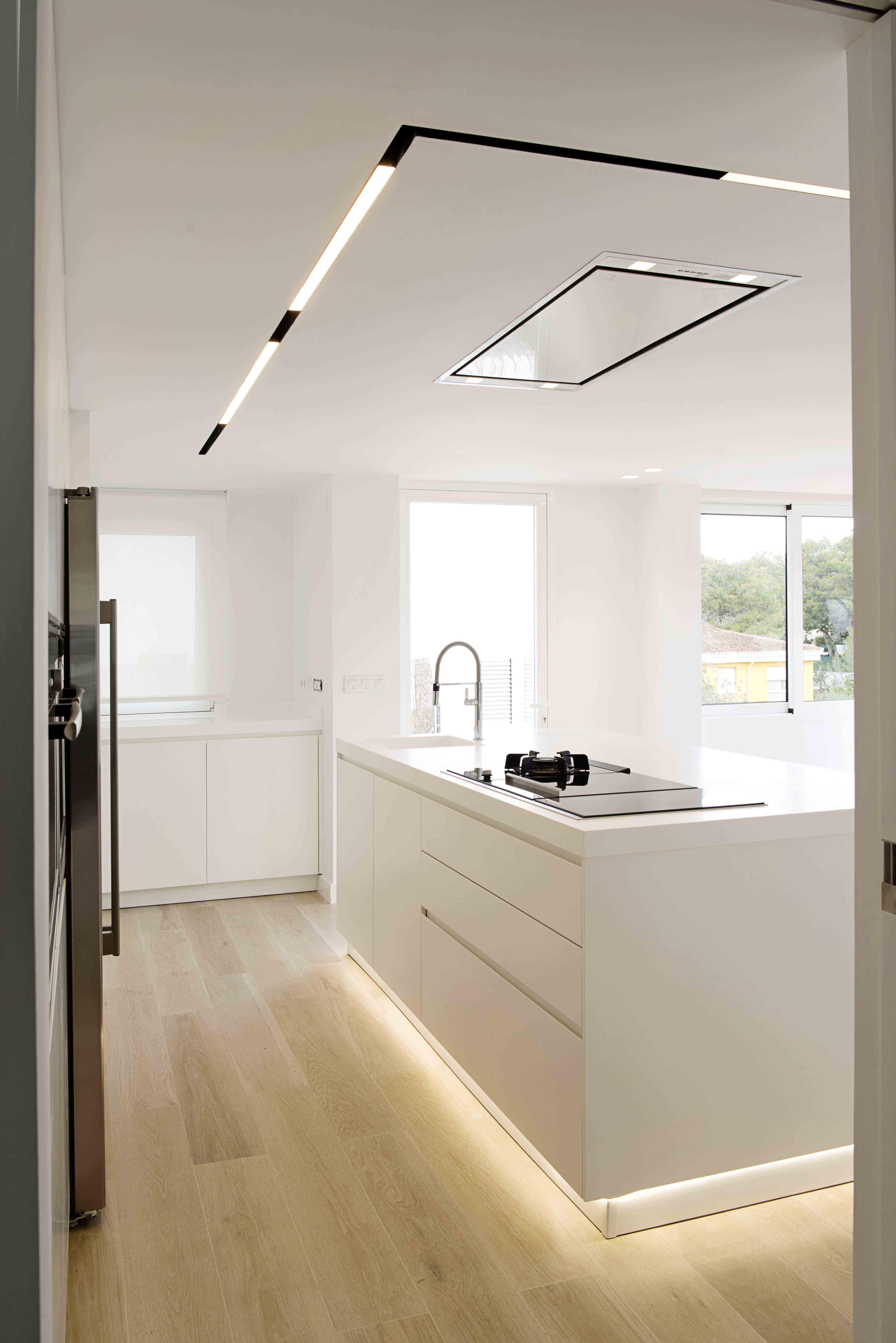 Cocina blanca con isla una moderna cocina blanca con - Suelo madera cocina ...