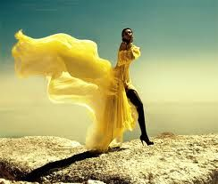 lange jurk die met de wind mee gaat.