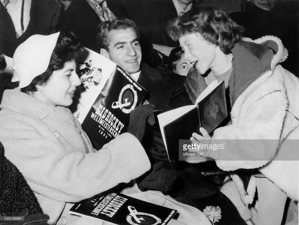 Soraya (Esfandiary Bakhtiary) *-+ Kaiserin von Persien 1951-1958, Iran - Besuch in Deutschland: Soraya gibt Eiskunstlaeuferin Ina Bauer ein Autogramm, dazwischen der Schah - Maerz 1955