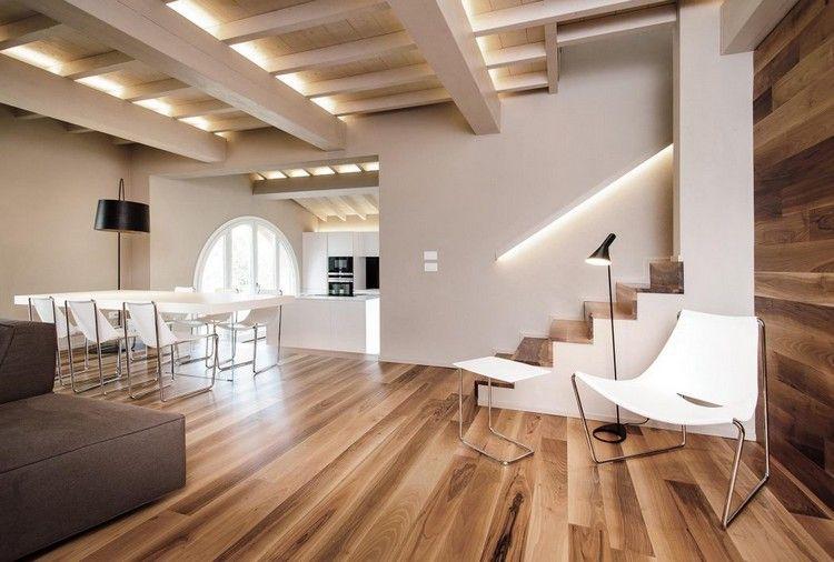 echter Holzboden und Holzbalkendecke harmonieren schön bei der - holzbalken decke interieur modern