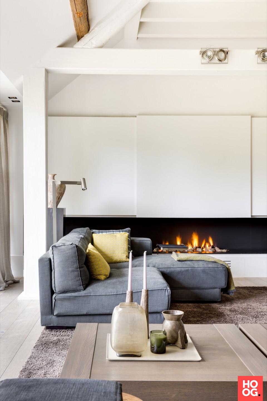 Moderne woonkamer met luxe zitbank en open haard | Fireplace ...