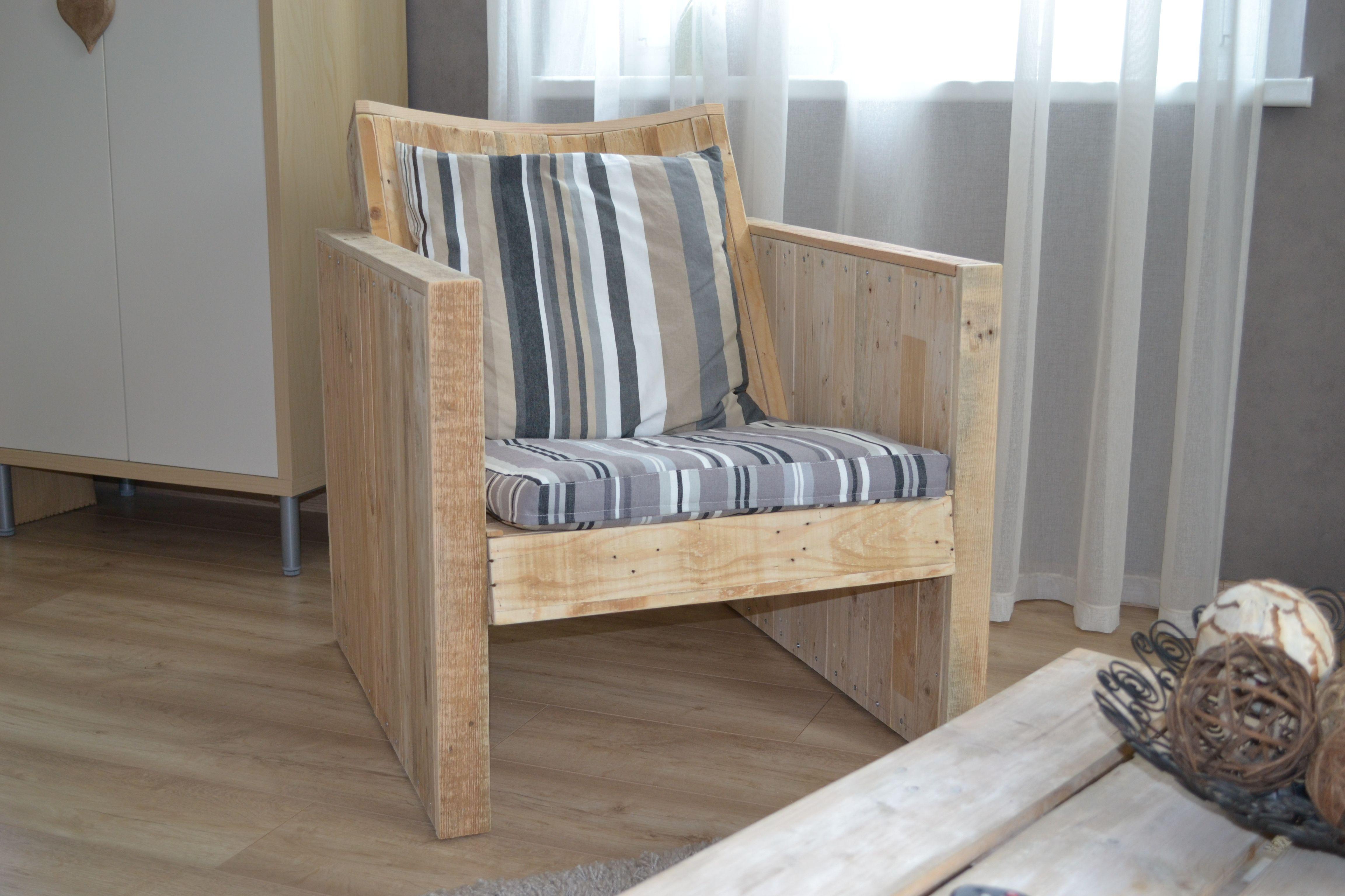Fauteuil en bois de palette avec dossier inclin et for Canape en palette avec dossier