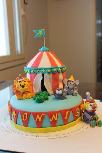 Sirkuskakku - Tummasokerikakkupohja, kostutus vanilijamaitoa ja välissä polkkamoussea. Koristeet sokerimassaa ja päälinen vaahtokarkkimassaa - Kiitos Jenni! #mitätahansaleivotkin #leivojakoristele #droetker #kakku #leivonta #kilpailu #sirkus