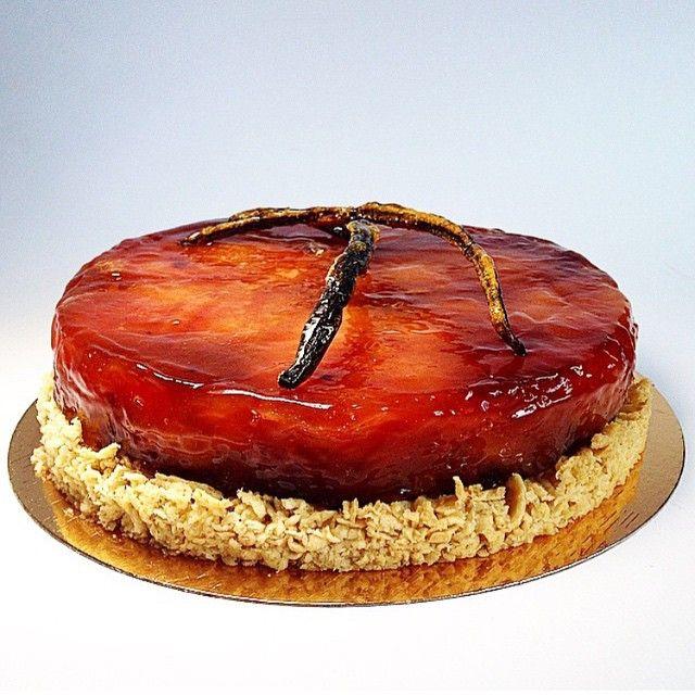 Tarte tatin with hazelnut crumble. By @pollykosheleva #DessertMasters