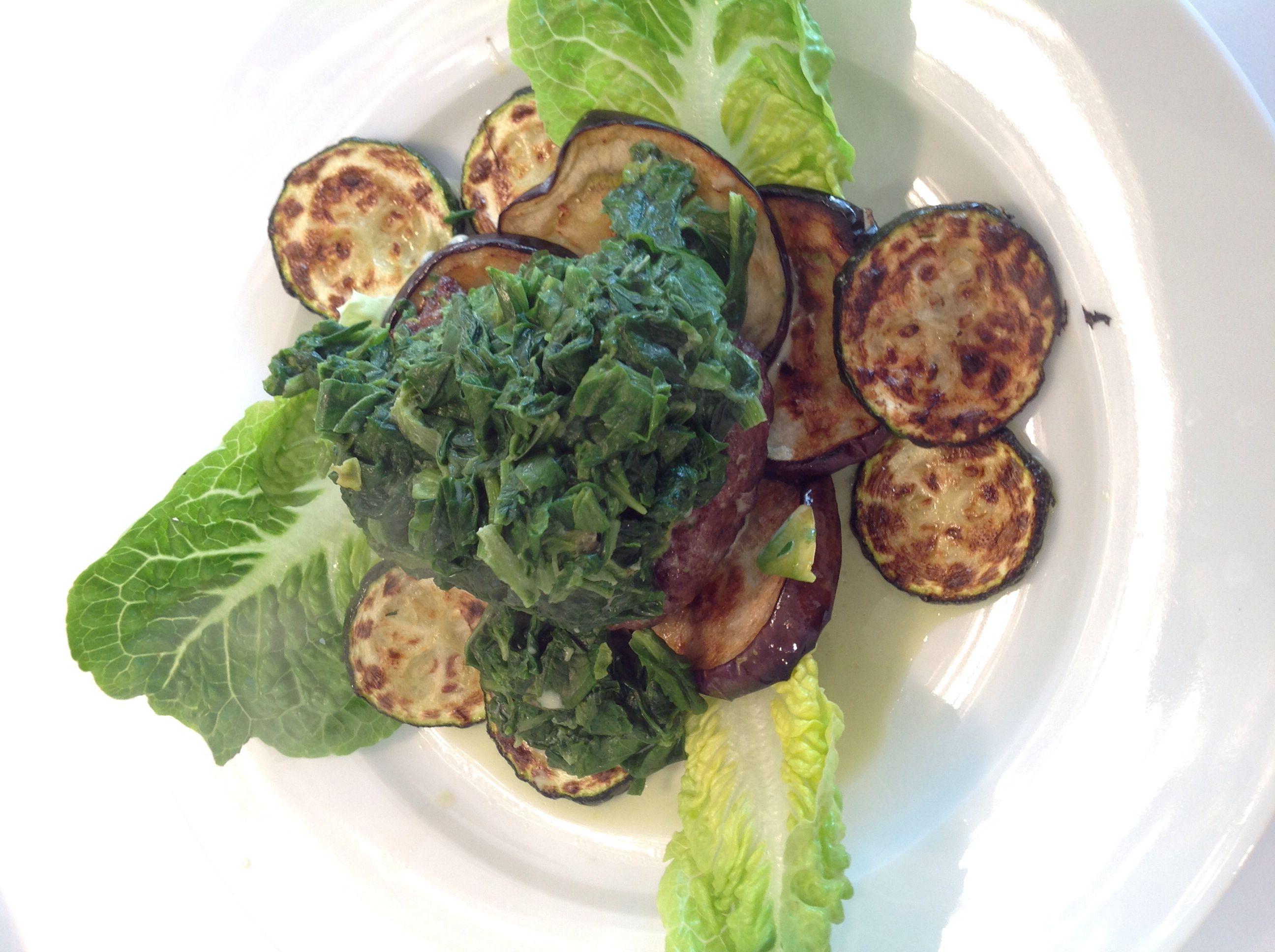 Hakkebøf med stuvet spinat på grillet grønt