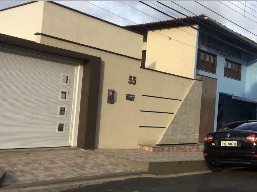 Fachadas de casas marrom e bege