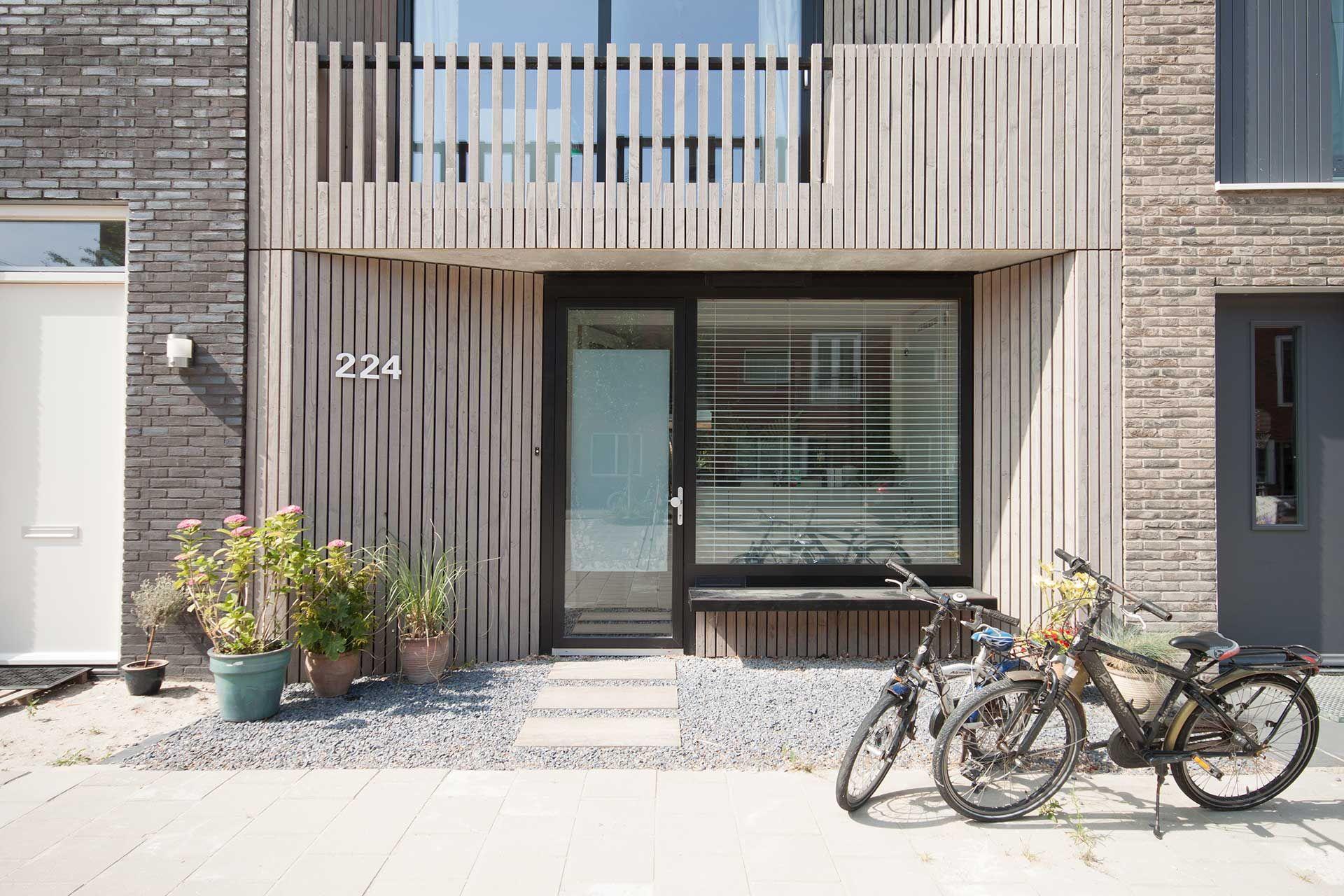 Loggia house, Amsterdam IJburg, Blok 59 - modern rijtjeshuis met vergrijst houten gevel door 8A Architecten