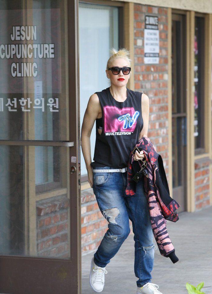 759c69539d2c0 Gwen Stefani in Ripped Boy-Fit Jeans