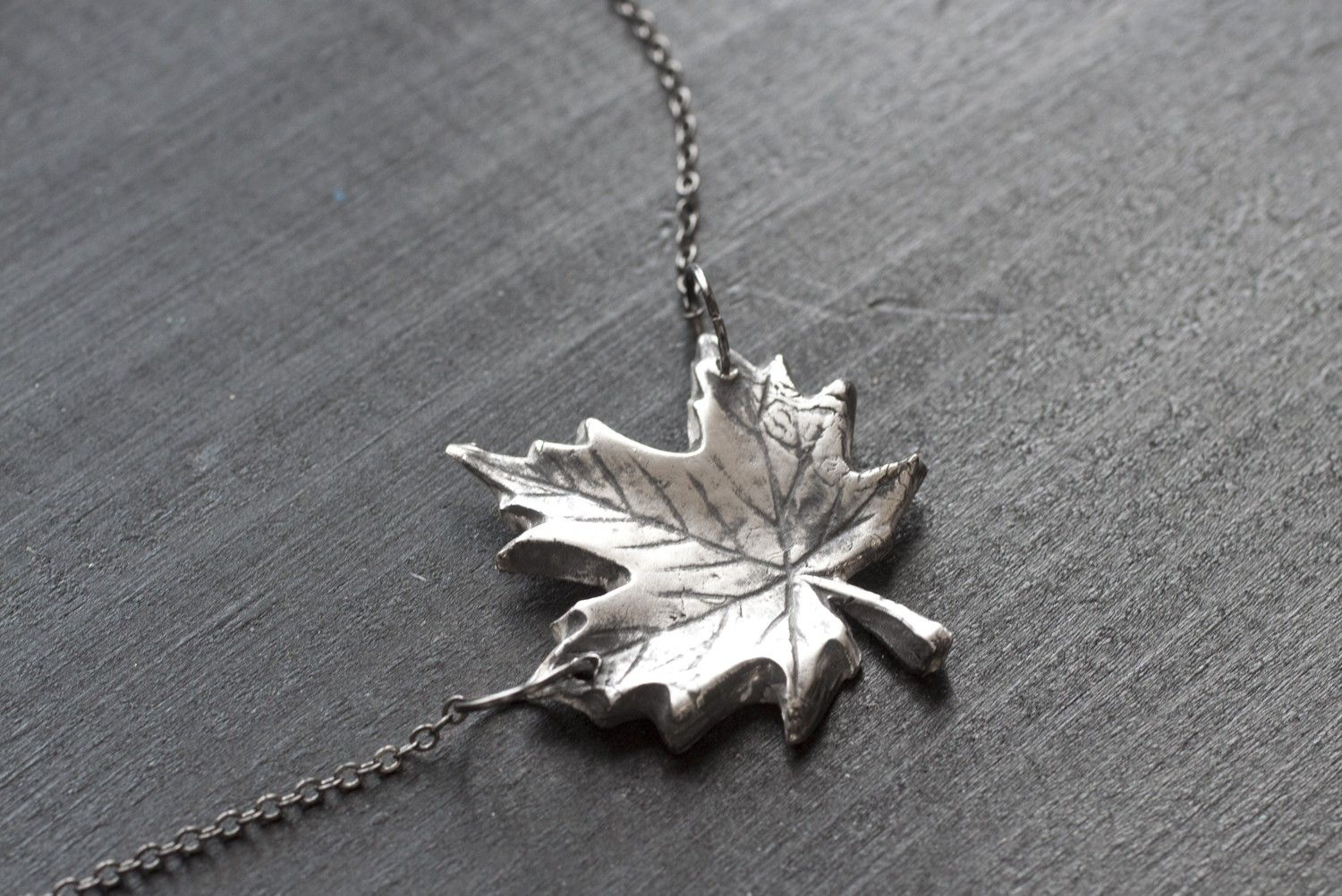 maple plaisirs birks necklace en de leaf