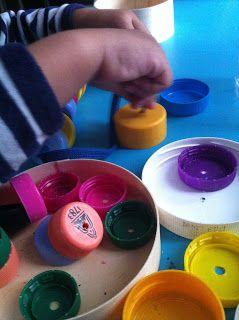 Avec les doigts.. bouchons en plastique percé pour enfilage, activité moins de trois ans