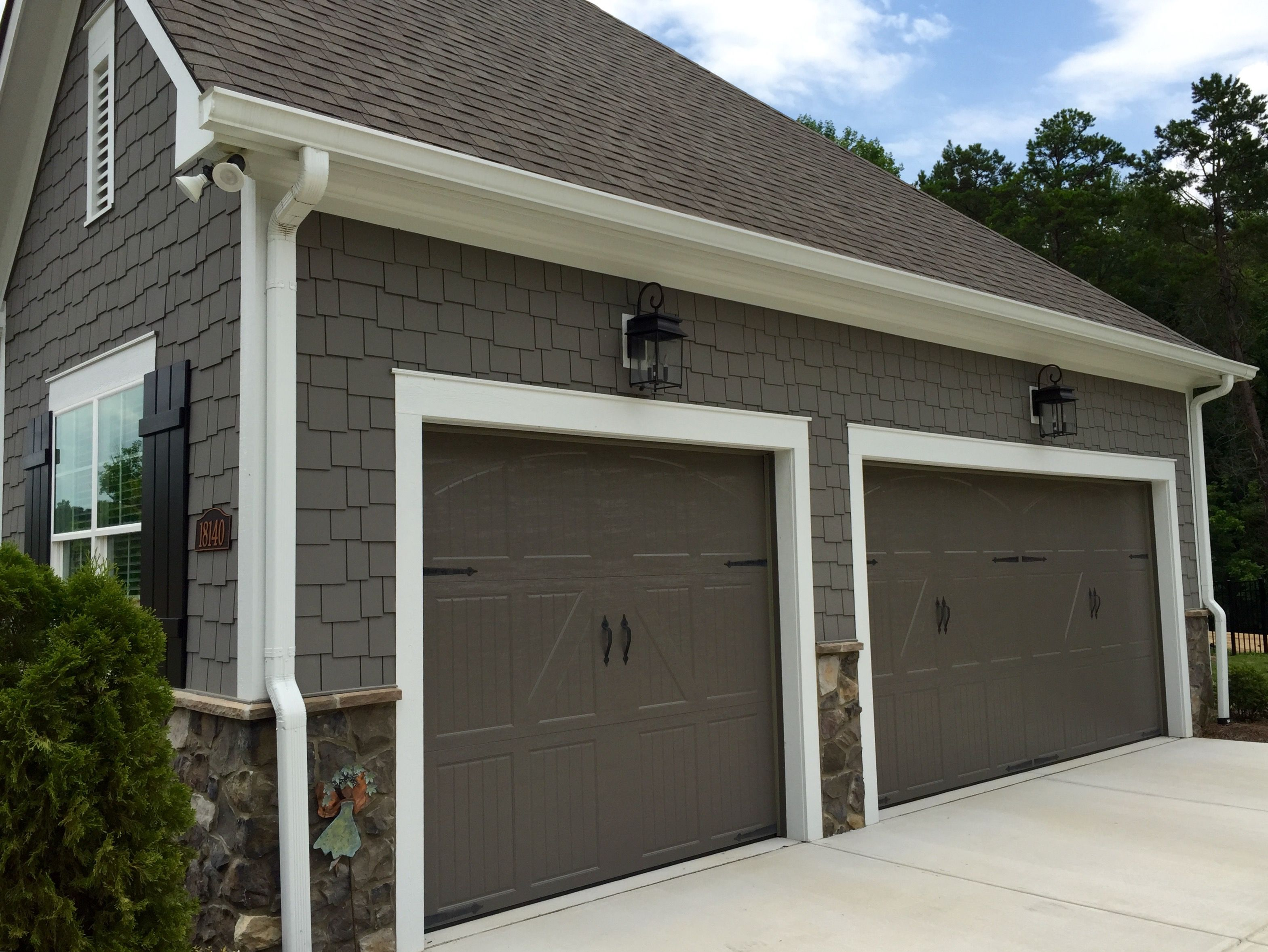 Grey house black garage doors - Arh Exterior Plan Hampton E Exterior 51 Roof Oc Oakridge Driftwood Metal Roof Matte Black Soffits Fascia Trim Sw7063 Nebulous White