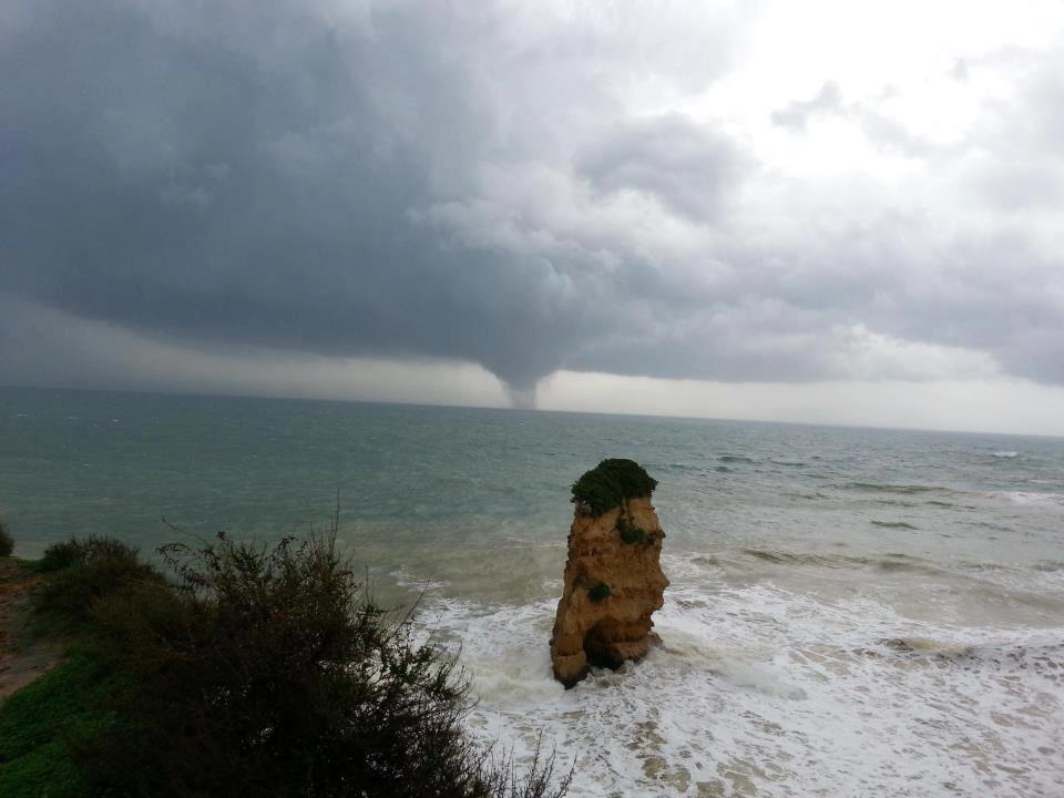 Formação do tornado que atingiu o Algarve (16-11-2012). Foto tirada às 14 horas na praia Dona Ana em Lagos.  https://www.facebook.com/algarve.pt