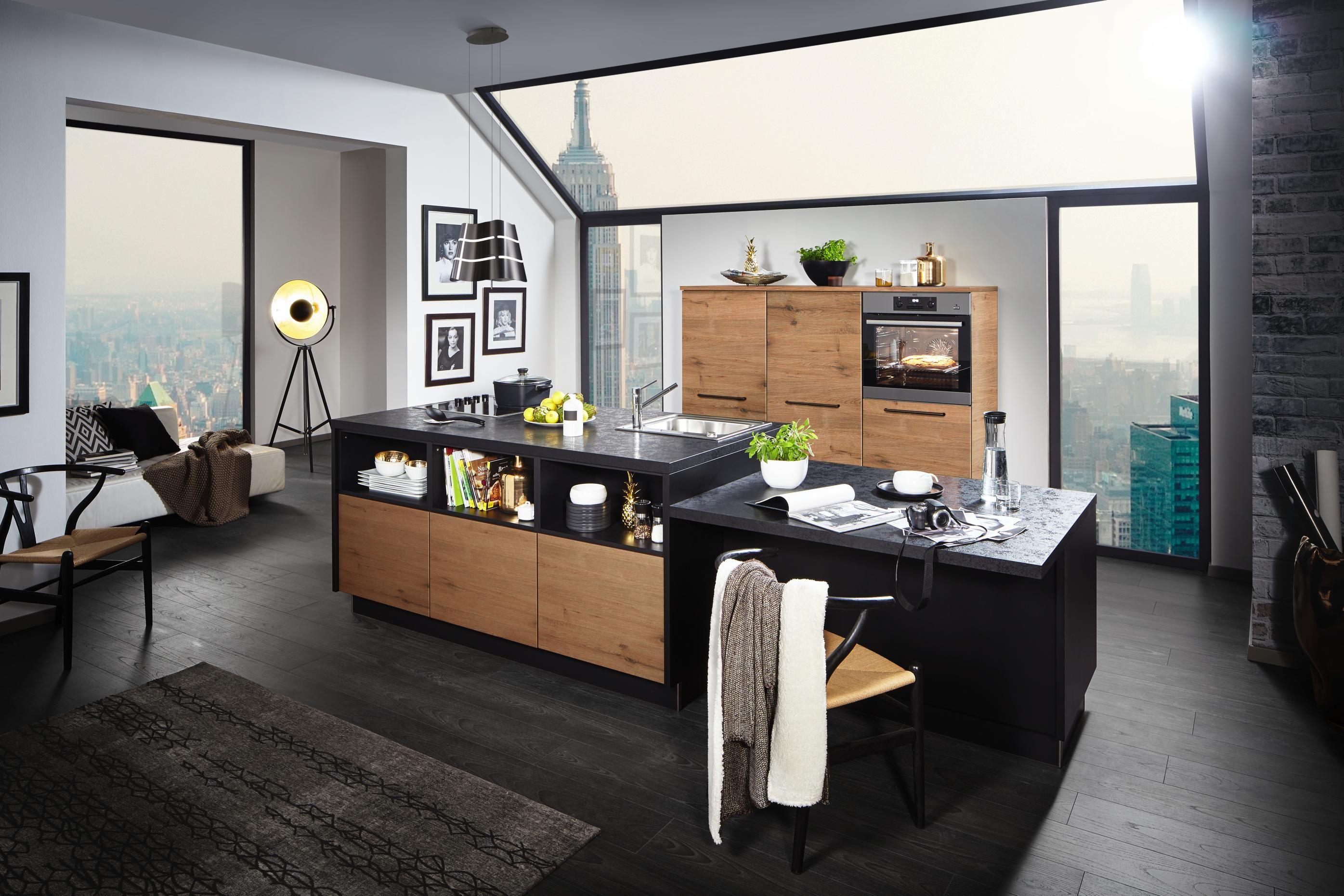 Designerküche mit praktischer Kücheninsel und feinen Extras aus Holz ...