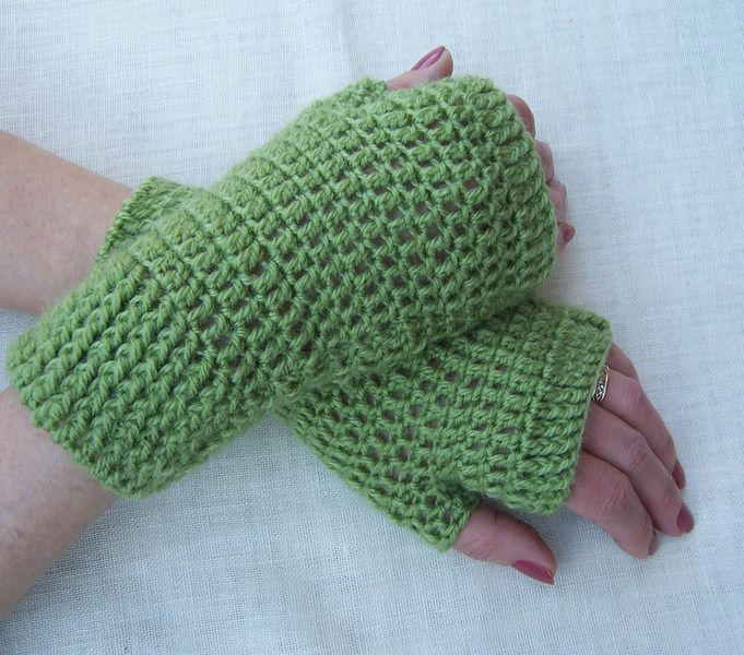 These fingerless mittens are crochet with 25% wool and 75% acrylic.  Size: M.  Colour: olive green.  These are ready for shipping.  Delivery: Items wi