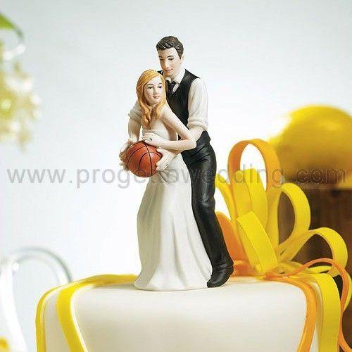 Cake topper sportivo e originale per gli amanti del basket.  In porcellana dipinta a mano, questo cake topper appartiene all'esclusiva collezione Weddingstar.  Misure: 13.5 cm x 5 cm.  www.progettowedding.com