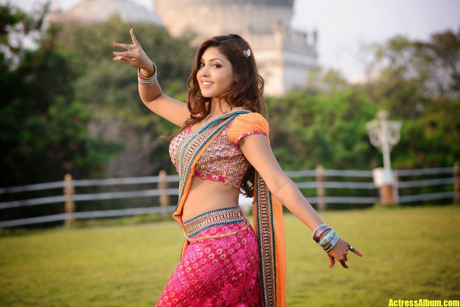 Actress Komal Jha Hot In Saree And Side View Pics