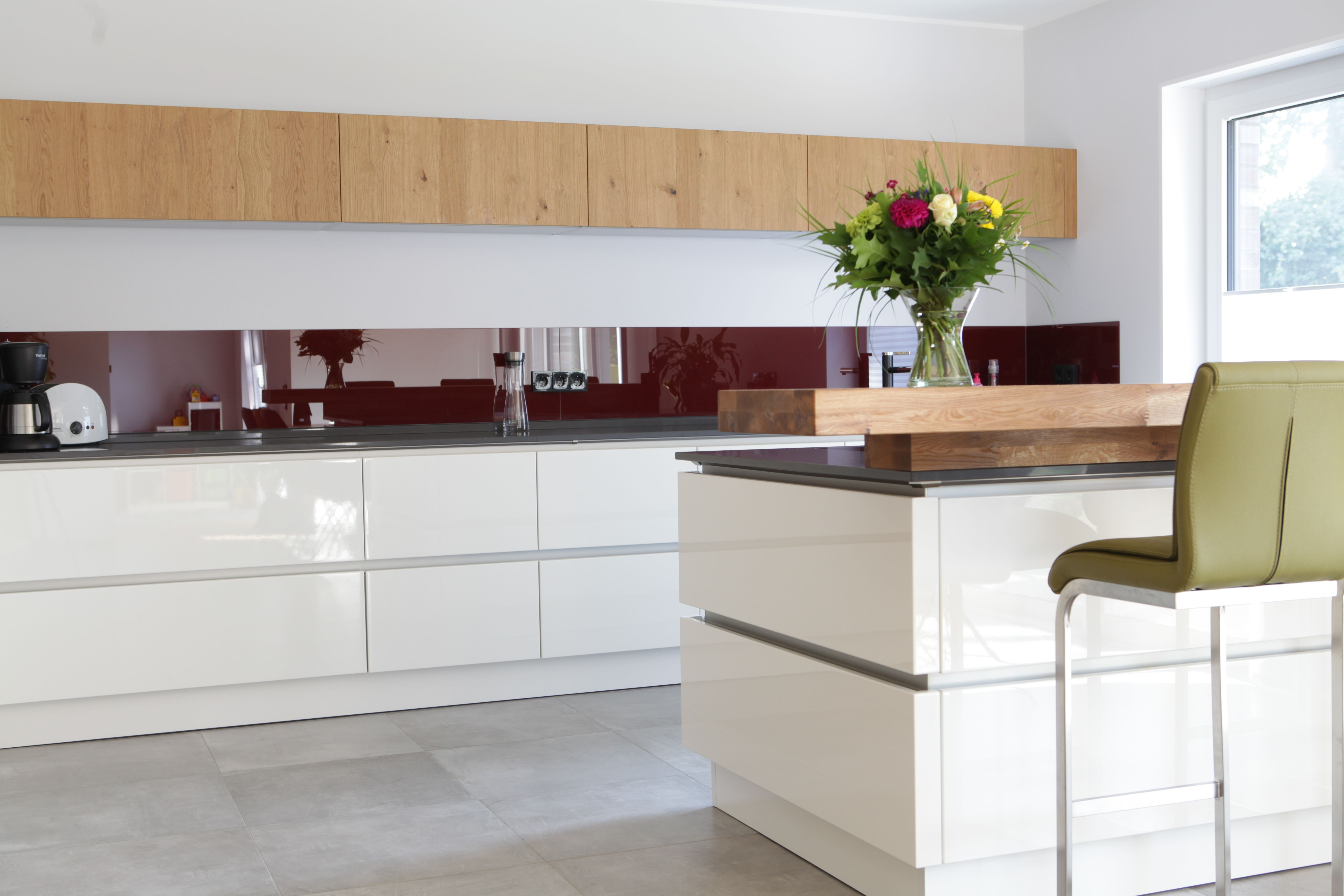 Diese #küche überzeugt durch modernes Design. Weiße Hochglanzfronten ...