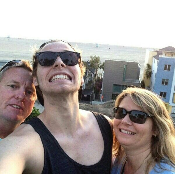 ★ <<< his dad looks so concerned and Liz is just like 'yeah, this is normal'<<<<<<repinning because of that