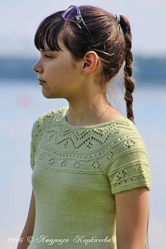 Стало уже традицией из остатков от платьев для старшей дочери вязать топы для младшей. В отличии от оригинала рукава короче (насколько хватало пряжи), также, как и платье, связан приталенным и обле...