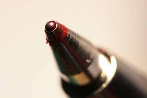 Como tirar manchas de caneta do sofá de tecido ou de couro ...