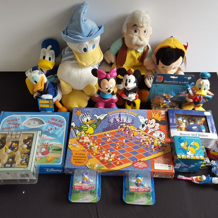 Disney, Walt - 20 assorted objects - includes 8 figures + 1 chess set - scales - 10 other Disney items ('80s/'00s)