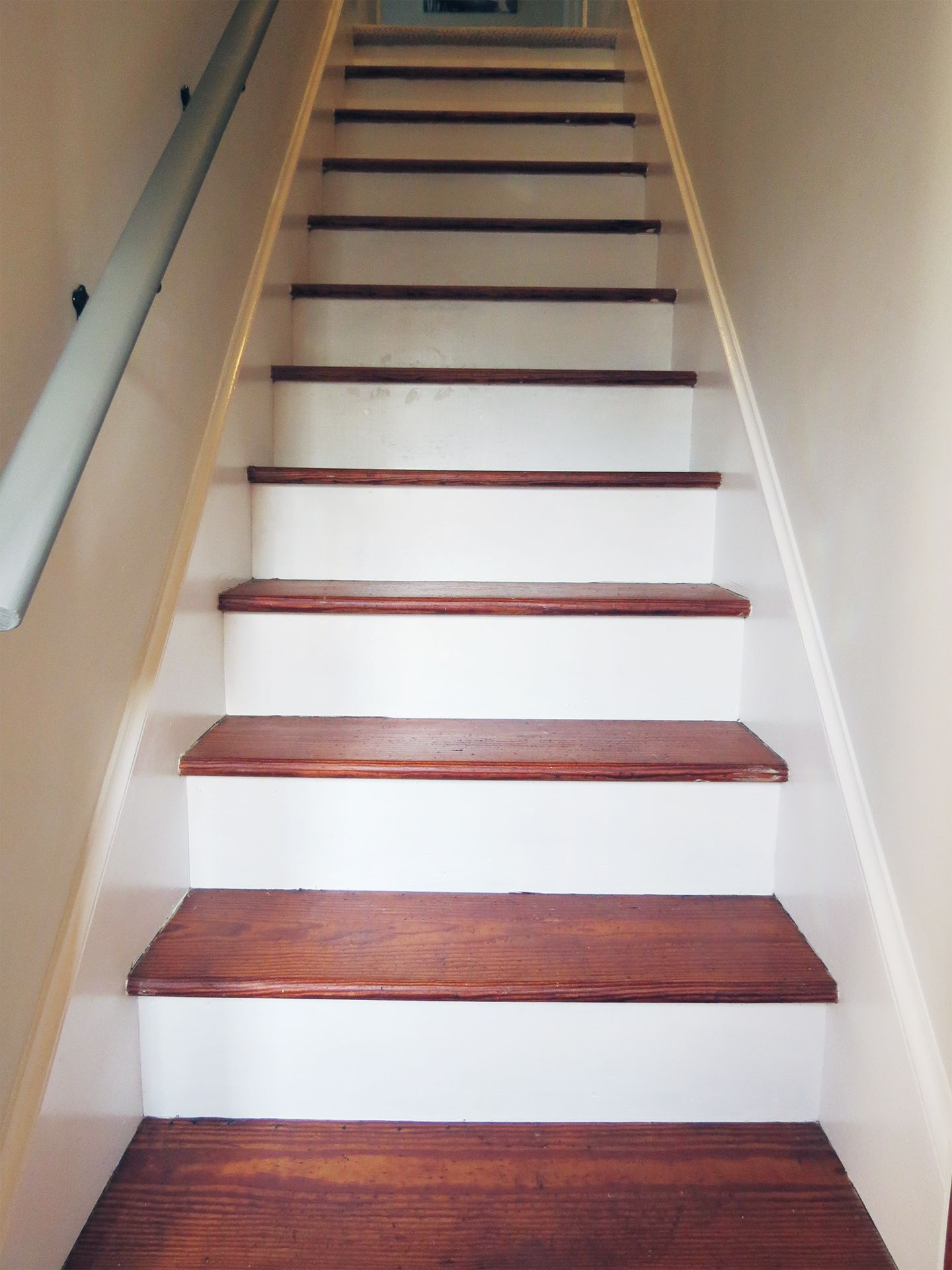 Best Beautiful Farmhouse Stairs On A Budget Farmhouse Stairs 400 x 300