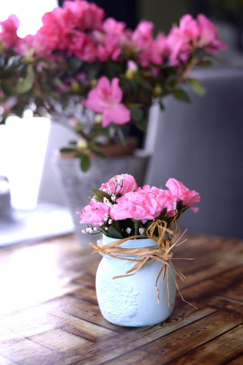 Con botes reciclados de conservas. Florero Decorativo pintado en azul con blanco, tiras de paja marrones y unas flores rosas. Made with my hands.