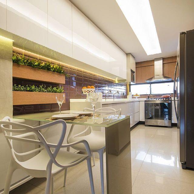 Cozinha com um toque de beringela. Que tal? 📸 @thiagolfreire #fabricaarquitetura #cozinha #instahome #instadecor #recife