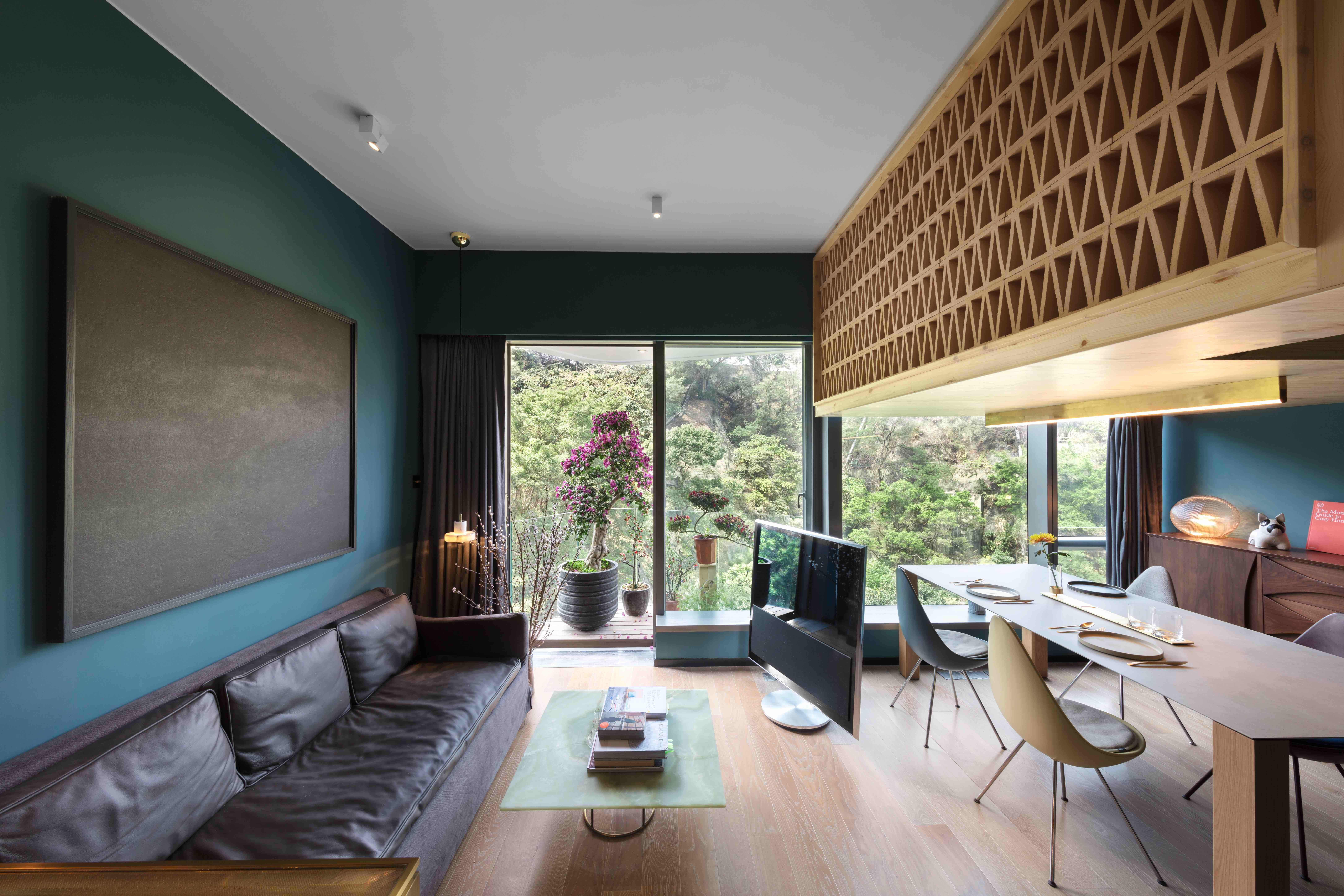 Hong Kong Woonkamer : Photo of in a tiny hong kong apartment with a tree house