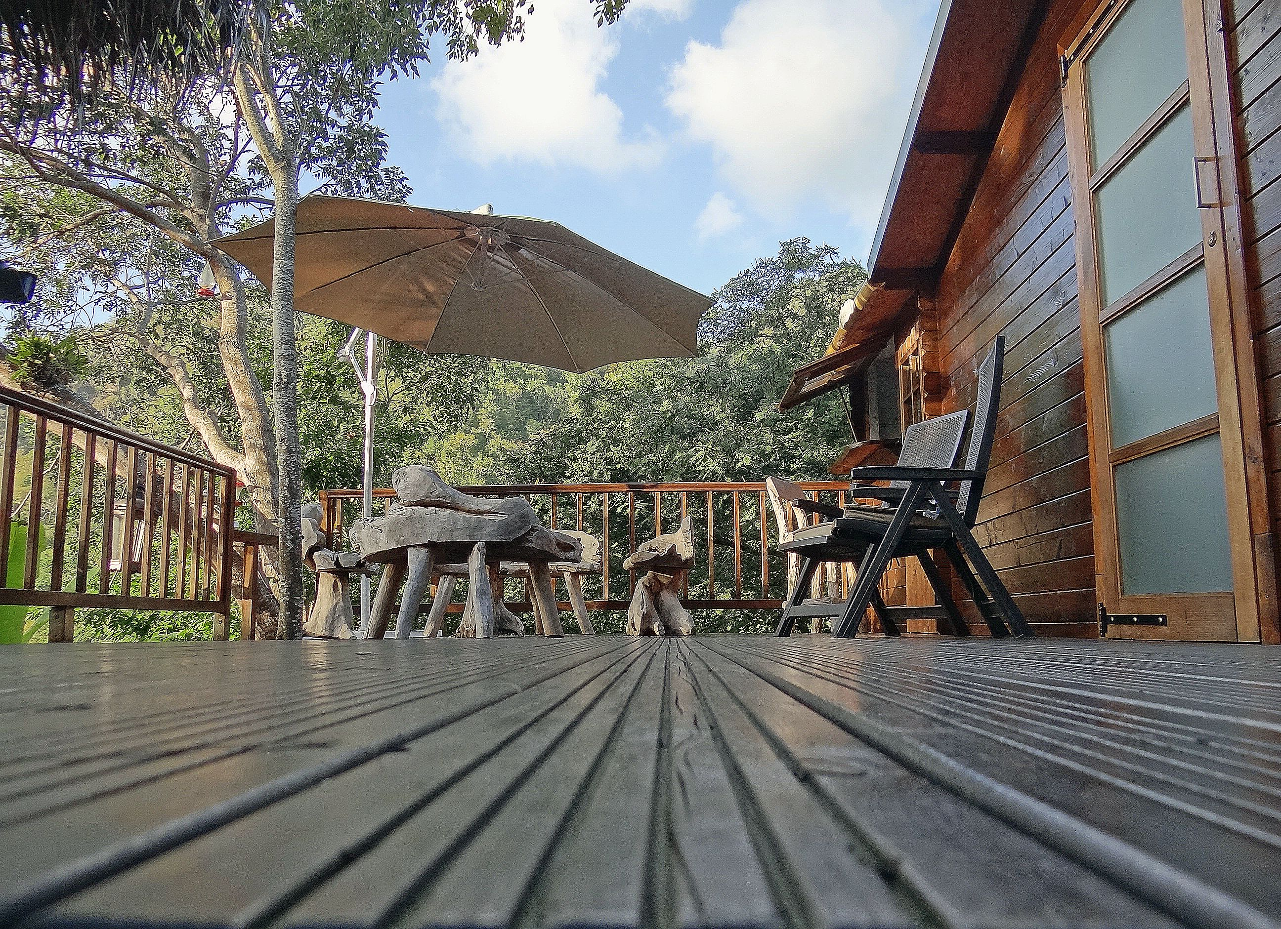 Terrasse aménagée avec salon de jardin en bois flotté de la Cabane ...