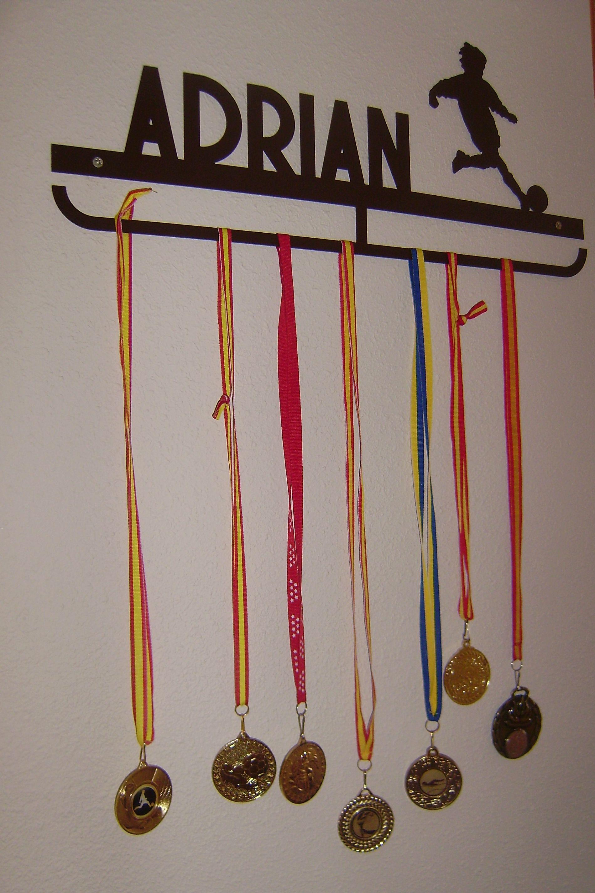 Colgador de medallas personalizado con tu nombre y silueta ...