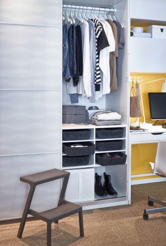 New Rechts im Kleiderschrank Kleiderstangen und sechs schwarze Aufbewahrungsboxen davor M STERBY Tritthocker in Grau