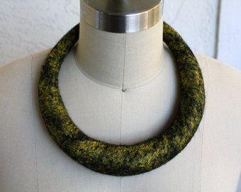 Accessori unici gioielli collana tessile della fibra presente eco stile moderno in feltro di lana di collana oro giallo grande livrea tubolare in feltro nero