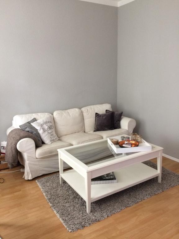 Schönes Gemütliches Wohnzimmer Einer Frankfurter 1 Zimmerwohnung Mit  Gemütlicher Couch Und Flauschigem Teppich. #Frankfurt #Wohnzimmer  #livinroom #couch # ...
