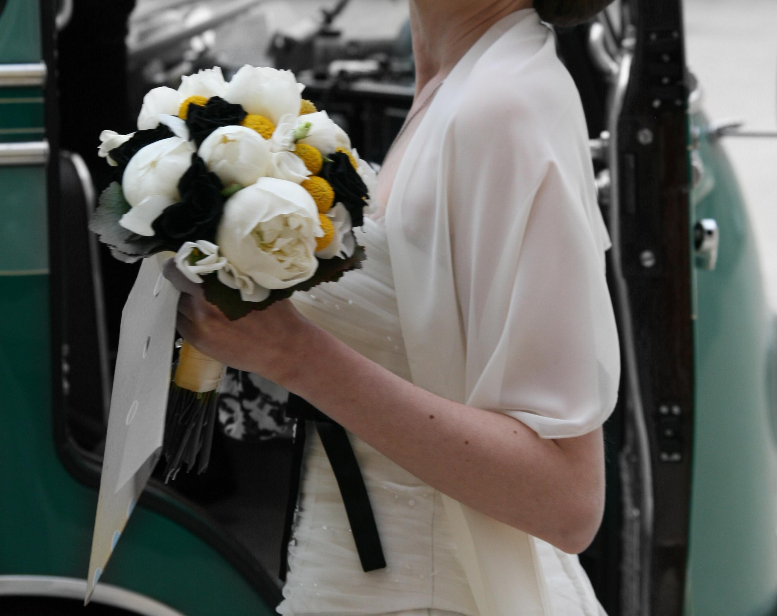 Sommerhochzeit von www.lebensraum-floristik.de Brautstrauß modern, gelb-schwarz Summer wedding with modern bouquet, black yellow