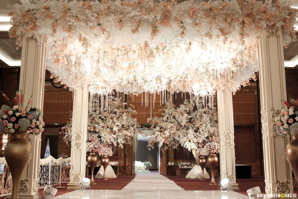 Wahyu And Cindy S Wedding Reception Venue At Pullman Jakarta Central Park Decoration By White Pear Wedding Backdrop Decorations Wedding Wedding Decorations