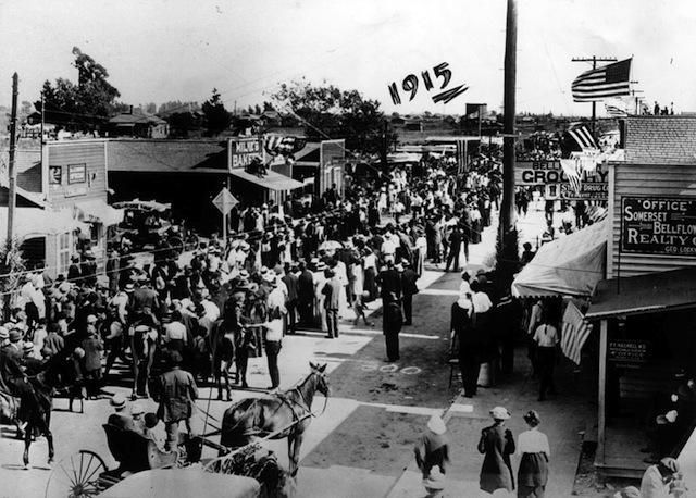 Independence Day In Bellflower 1915 The Folks In The Street Are Watching Men Run A Foot Race That Street Is Now B Photo Vintage Photos Bellflower California