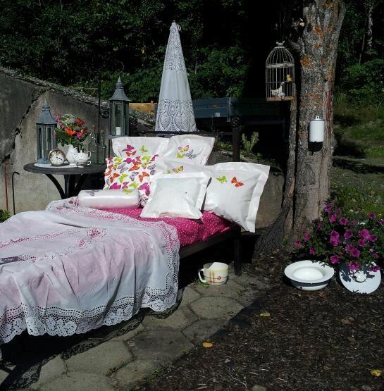 Seng I Hagen Som Taler Regn Outdoor Furniture Outdoor Bed Decor