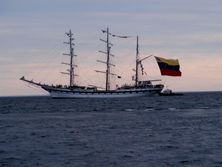 Fragata de la armada Venezolana surcando las aguas del Estrecho de Magallanes